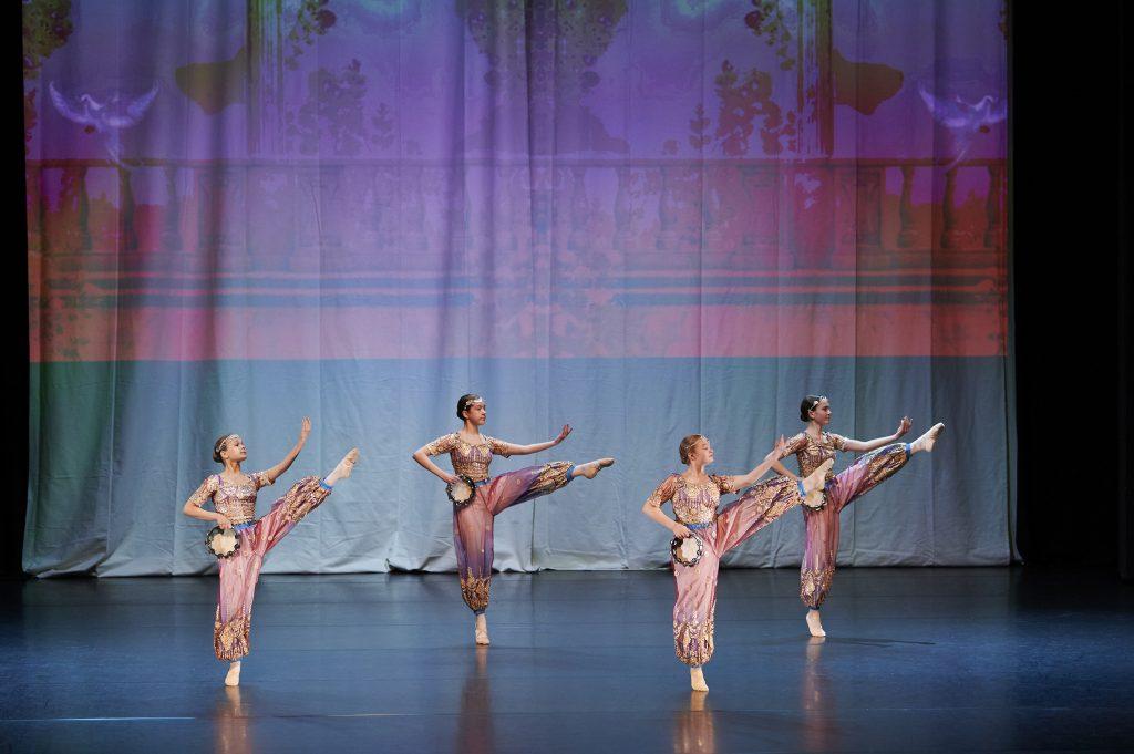 Musiikkiopiston tanssioppilaat tanssivat itämaisissa puvuissa kevätnäytöksessä.