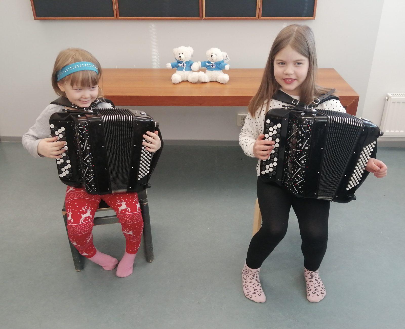 Pienet lapset soittavat harmonikkaa