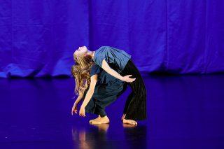 Tanssijat esiintyvät näytöksessä