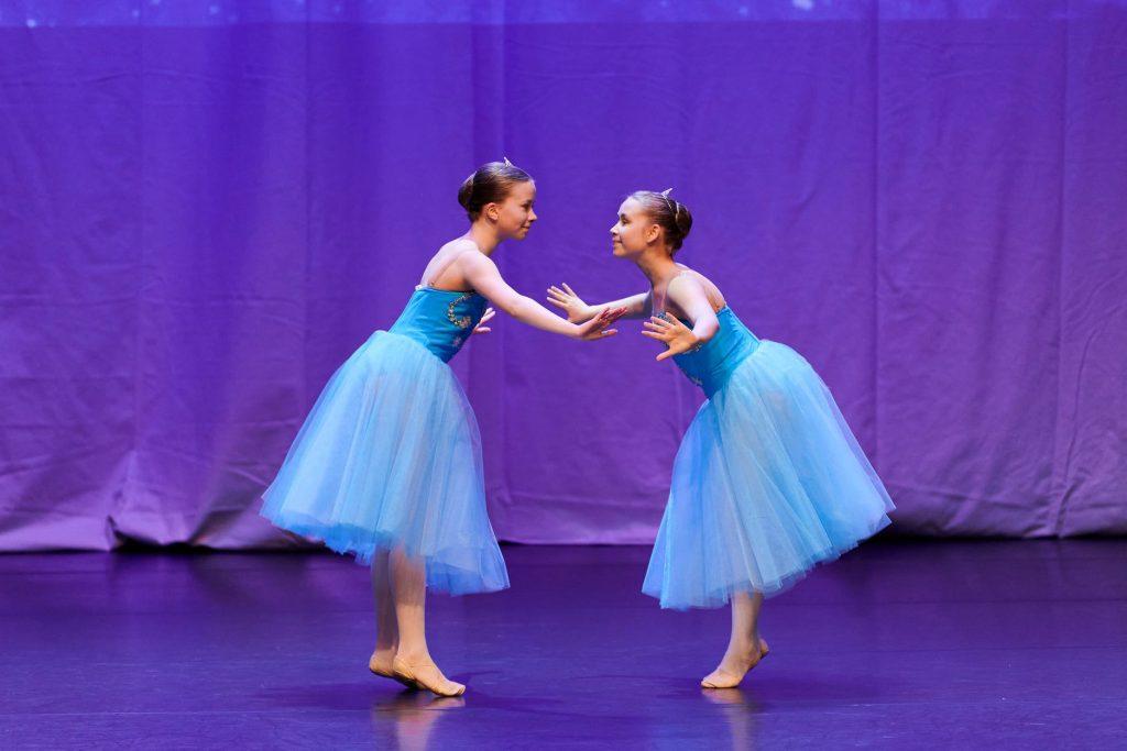 Kaksi balettitanssijaa tanssii näytöksessä