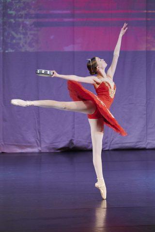 Balettitanssija esiintyy näytöksessä