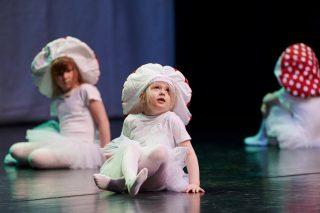 Pieni tanssija esiintyy näytöksessä