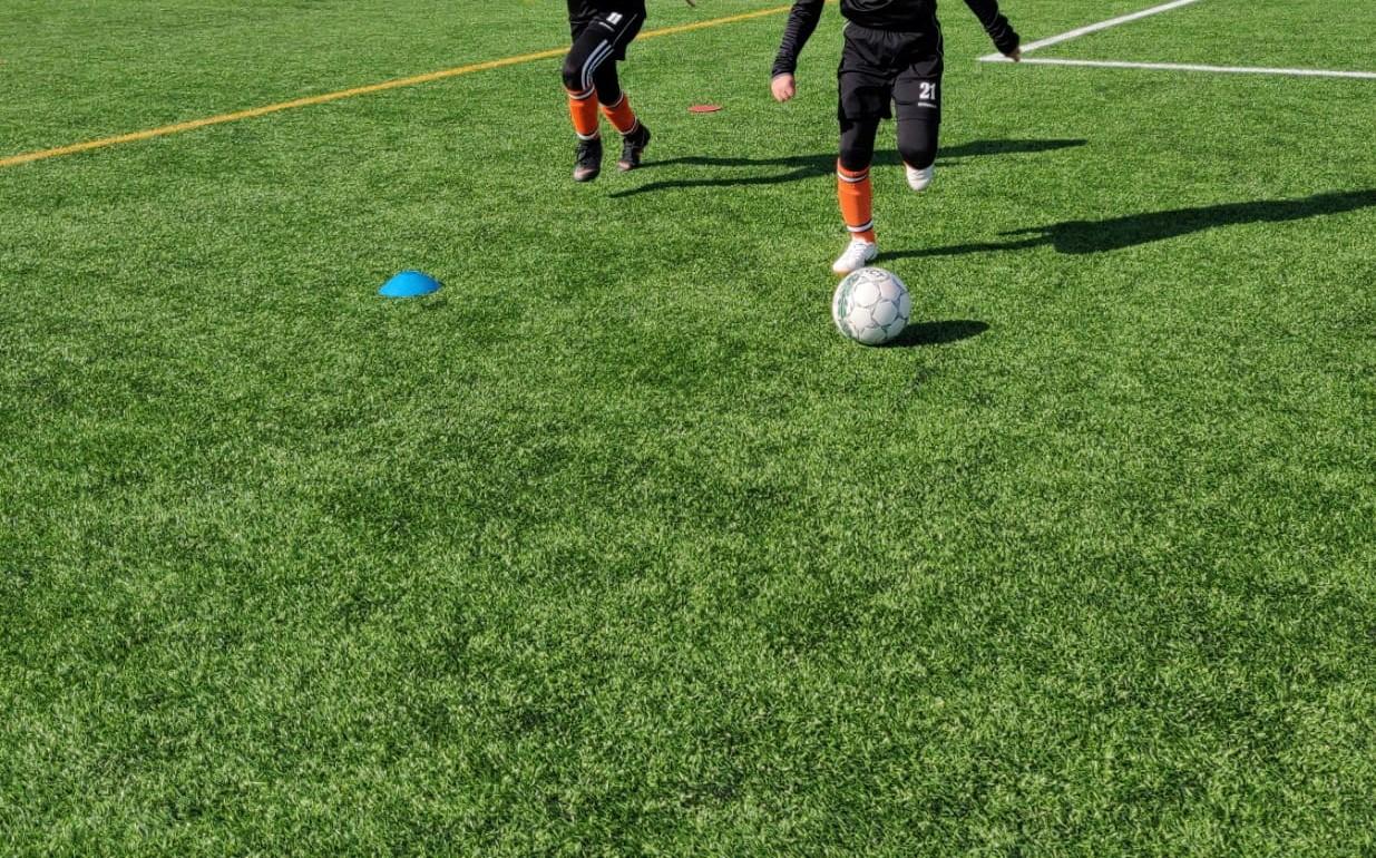 Lapset jalkapallokentällä