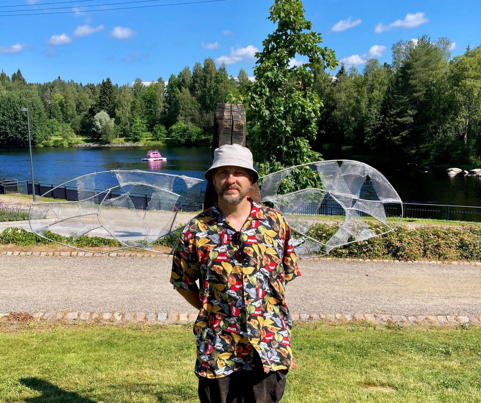 Kimalaisen siivet selkään Kajaanin rantapuistossa saa otettua siivekkään selfien