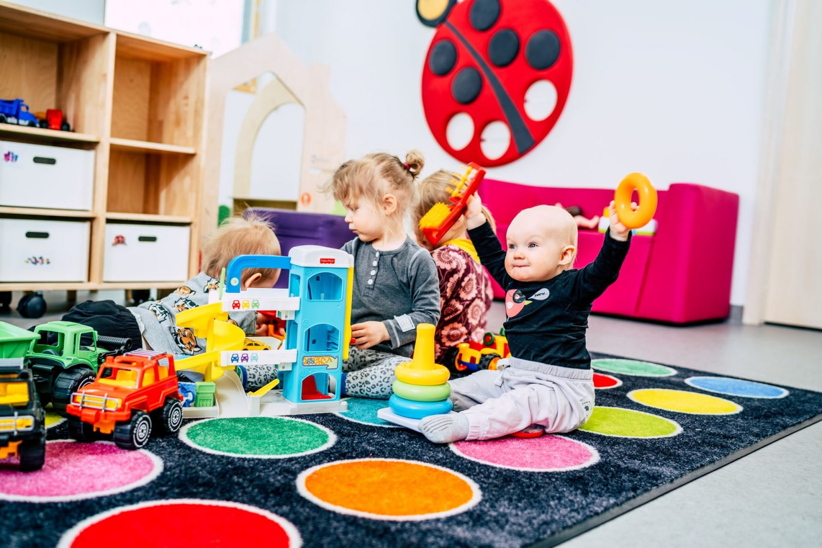 Varhaiskasvatus lapsia leikkimässä